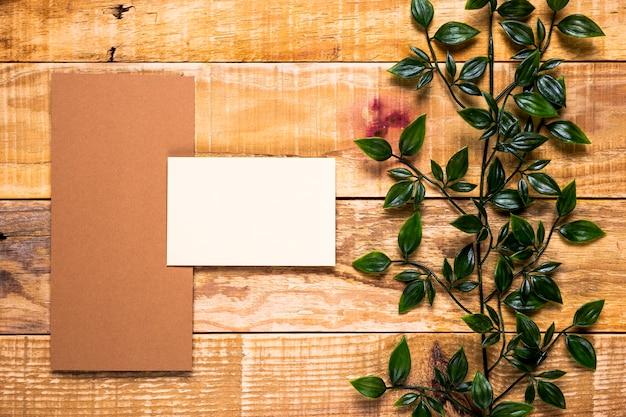 Invitation vierge sur une table en bois Photo gratuit