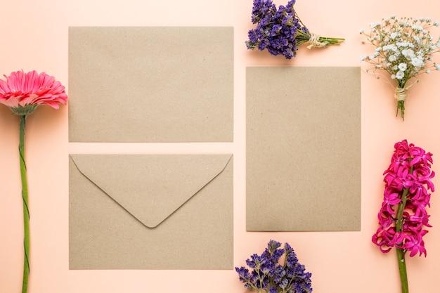 Invitations De Mariage Vue De Dessus Avec Des Fleurs Photo gratuit