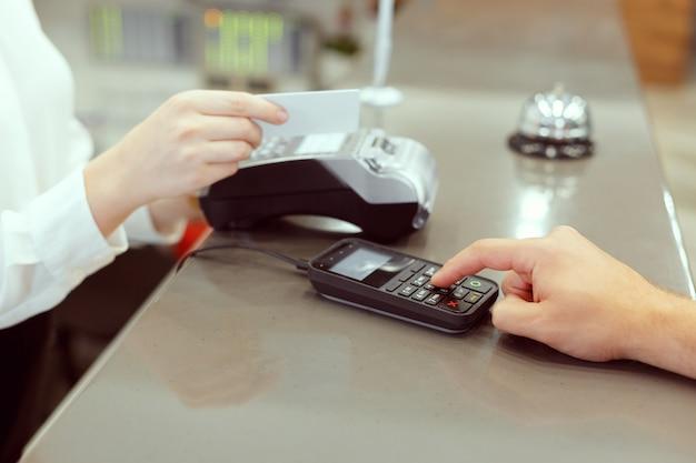 Invité à la réception de l'hôtel payant avec chèque lors de l'enregistrement Photo Premium