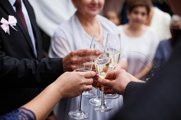 Les invités accrochent des verres au dîner weding Photo Premium