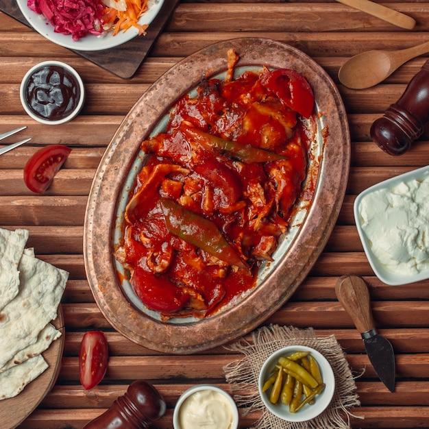 Iskender Kebab Sur La Vue De Dessus De Table Photo gratuit