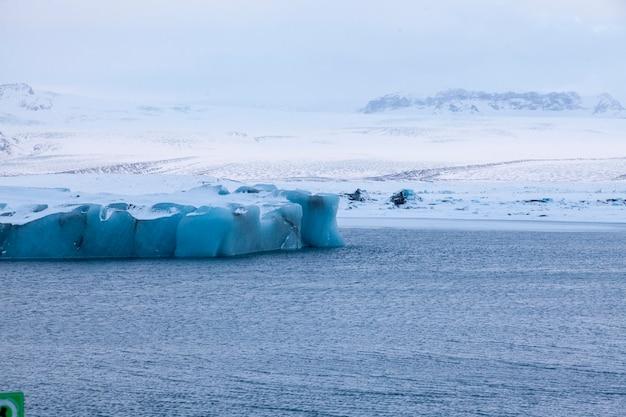 L'islande, Les Icebergs Flottant. Glaces Et Cendres Volcaniques. Lagune Glaciaire. La Glace Fondante. Côte Sud De L'islande. Lagune De Jokullsarlon Photo Premium