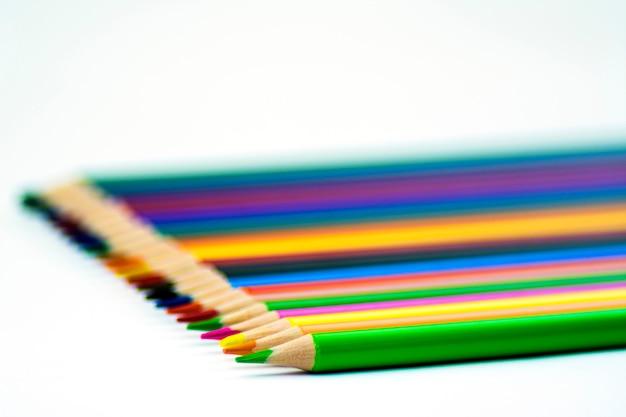Isoler. beaucoup de crayons de couleur taillés Photo Premium