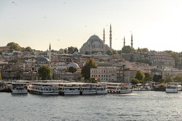 Istanbul Dans La Soirée. Vue Depuis Le Pont De Galata à Eminonu Et Mosquée Süleymaniye (mosquée Impériale Ottomane). Dinde. Photo Premium