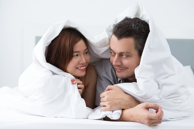 J'adore les jeunes mariés en repos dans la chambre d'hôtel Photo gratuit
