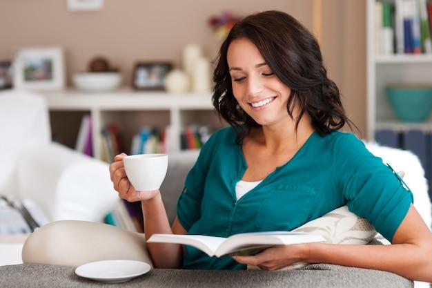 J'adore Passer Du Temps Avec Un Livre Et Un Café Photo gratuit