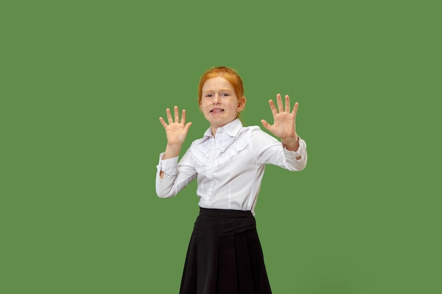 J'ai Peur. La Frayeur. Portrait D'une Adolescente Effrayée. Elle Se Tient Isolée Sur Le Vert à La Mode. Portrait De Femme Demi-longueur Photo gratuit