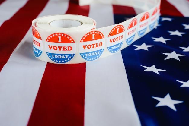 J'ai voté aujourd'hui l'autocollant, typique des élections américaines sur le drapeau américain. Photo Premium