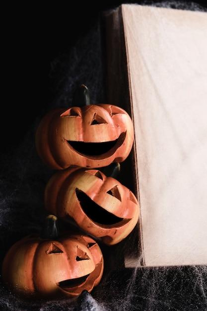 Jack-o'-lanterns avec maquette de livre Photo gratuit