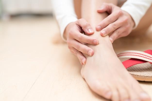 Jambe cheville femme douloureuse touchant la jambe. concept de santé et médical Photo Premium