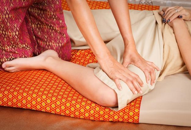 Jambe de pied agrandi masser le spa avec style thaïlandais. Photo Premium