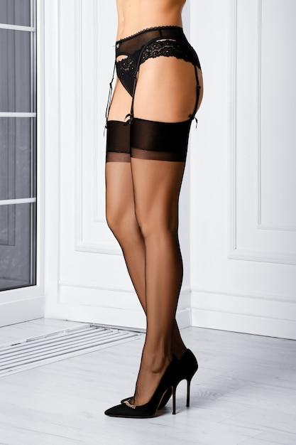 Jambes De Belle Femme En Bas à L'ancienne Sans élasthanne, Porte-jarretelles Et Culotte Debout De Profil Photo Premium