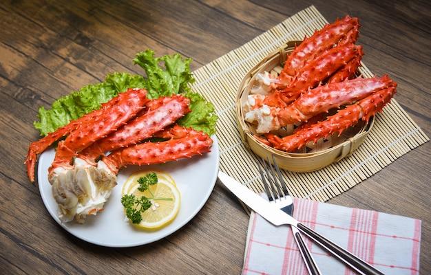 Jambes de crabe royal d'alaska plaque blanche cuite avec hokkaido de crabe rouge de laitue au persil citron Photo Premium