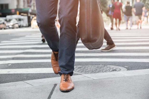 Jambes de culture marcher sur le trottoir Photo gratuit