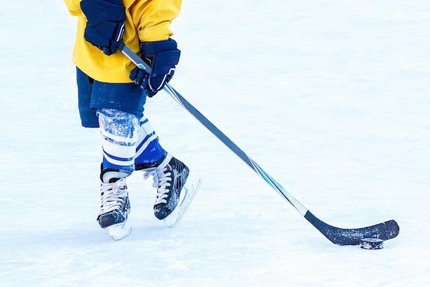 Jambes du joueur de hockey, gros plan du bâton et de la laveuse. Photo Premium