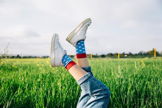 Jambes féminines en chaussures blanches Photo gratuit