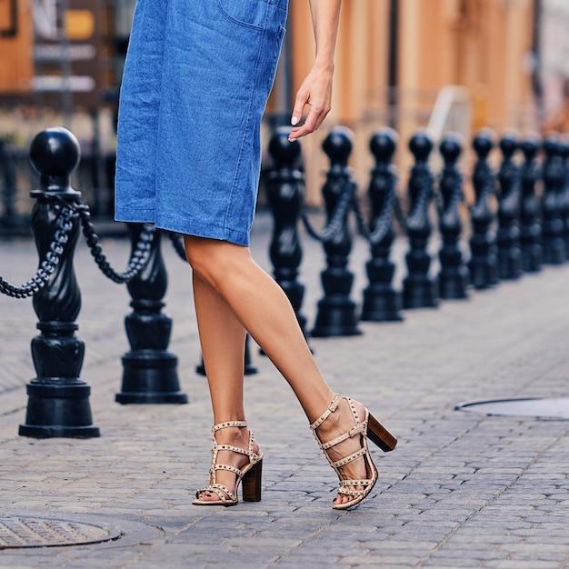 Jambes Féminines En Jupe En Jean Photo Premium