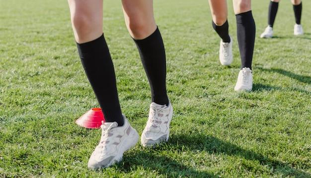 Jambes féminines traversant des cônes Photo gratuit