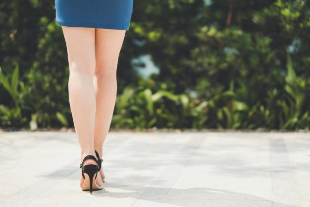 Jambes de femme en jupe courte et talon haut Photo Premium