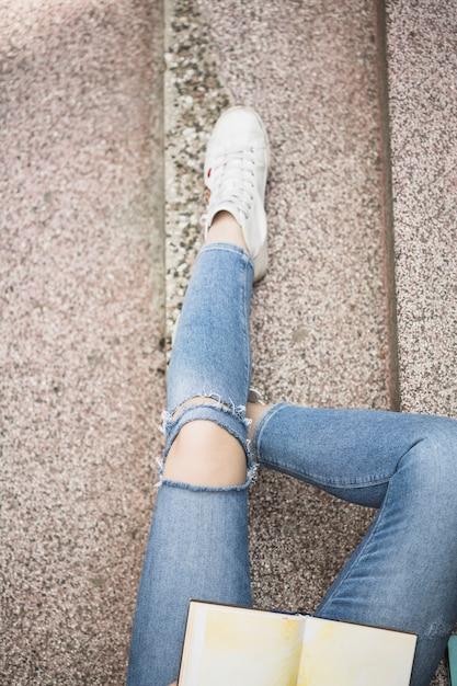 Jambes de femme sur les marches Photo gratuit