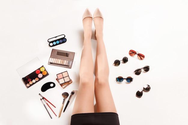Jambes De Femmes Et Accessoires élégants De Mode D'été Vue De Dessus Photo gratuit