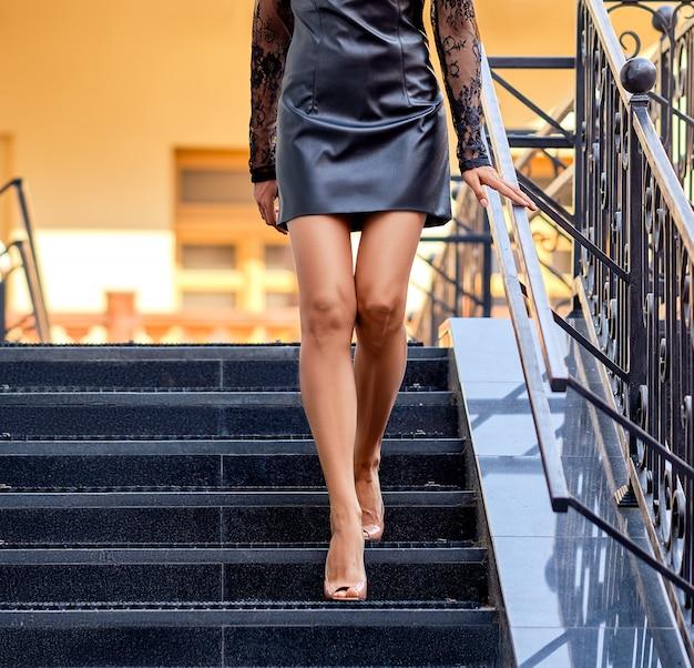 Jambes De Femmes Descendant Les Escaliers Photo Premium