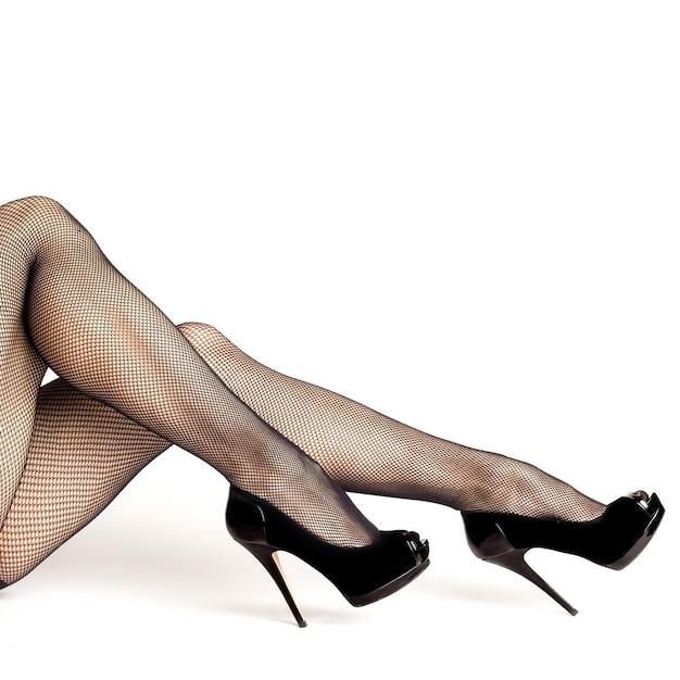 Jambes De Femmes Sexy En Chaussures Noires à Talons Hauts Et Bas Résille Isolés Sur Fond Blanc Photo Premium