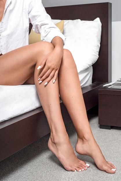 Jambes de la fille dans la chambre Photo Premium