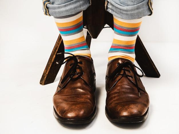 Jambes d'hommes dans des chaussettes lumineuses Photo Premium