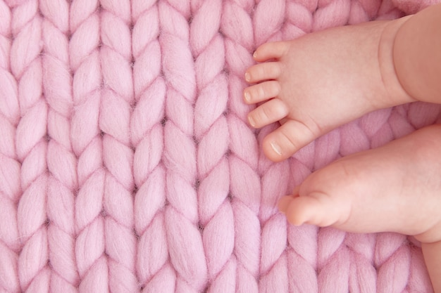 Jambes Tendres De L'enfant Sur Une Couverture Tricotée Photo Premium
