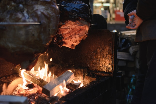 Jambon de prague au marché de noël Photo gratuit