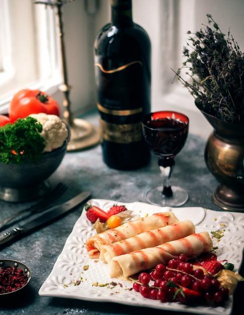 Jambon Tranché Avec Verre De Vin Aux Fruits Rouges Photo gratuit