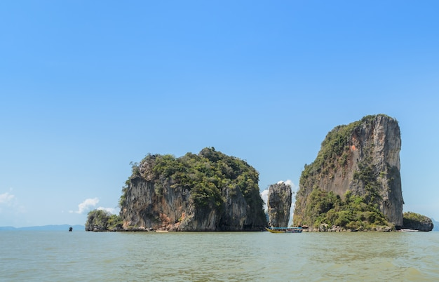 James bond island ou koh tapu dans la baie de phang nga, thaïlande Photo Premium