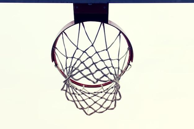 Jante De Filet De Sport De Plein Air De Basket-ball Sur Une Surface Blanche Photo Premium