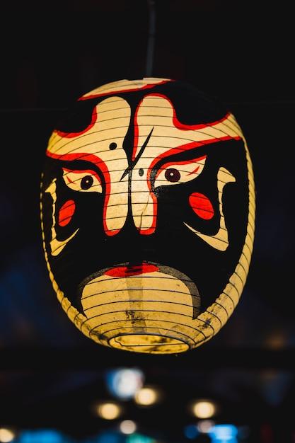 Japanese kabuki noh lampe de masque sur fond sombre Photo Premium