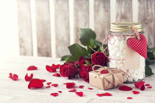 Jar guimauve, cadeau et bouquet de roses. amour, doux ou Photo gratuit