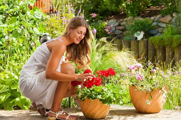 Jardin En été - Femme Heureuse Avec Des Fleurs Photo Premium