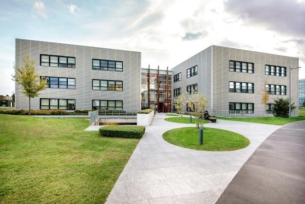 Jardin paysager devant un immeuble moderne Photo Premium