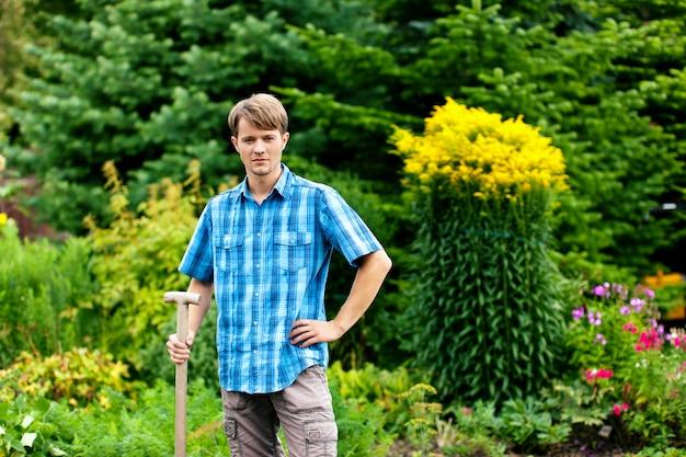 Jardinier debout avec showel Photo Premium