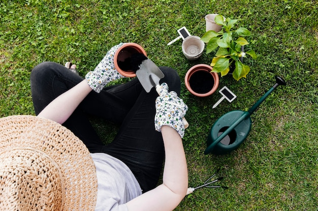 Jardinier vue de dessus assis et la plantation Photo gratuit