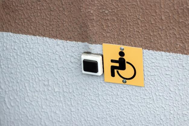 Jaune désactivé, signe fixé au mur. Photo Premium
