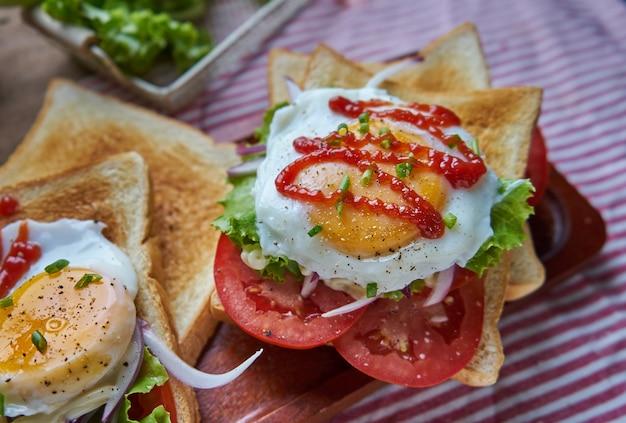 Le jaune juteux coule du sandwich ouvert Photo Premium