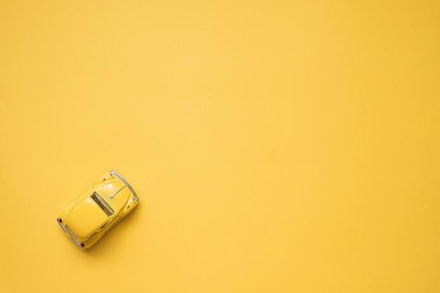 Jaune. voiture de jouet rétro sur jaune ... concept de voyage de l'été. taxi. vue de dessus. Photo Premium
