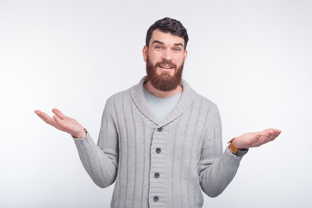 Je Ne Sais Pas! Jeune Homme Barbu Gesticule Sur Blanc. Photo Premium