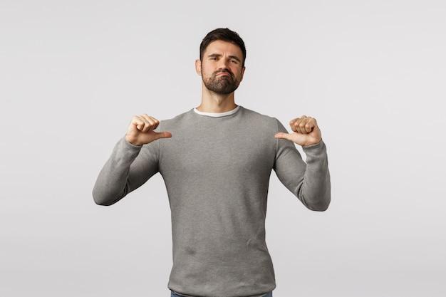 Je Peux Le Faire. Un Homme Barbu Sérieux Et Confiant, Se Montrant Avec Une Expression Fière, Affirmée Et Sûre De Lui, Un Sourire Narquois Et Un Air Déterminé, Propose Sa Propre Aide, Se Vante Photo Premium