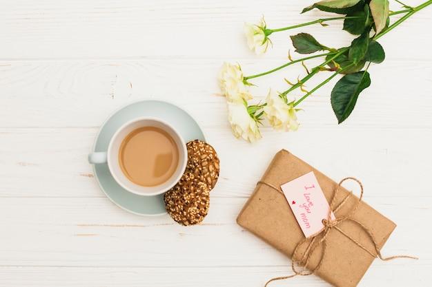 Je t'aime inscription maman avec cadeau et café Photo gratuit