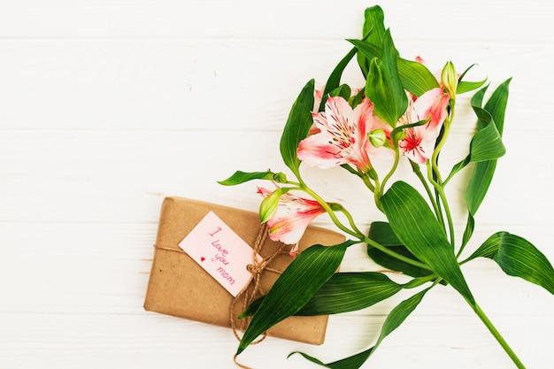 Je T'aime Inscription Maman Avec Cadeau Et Fleurs Roses Photo gratuit