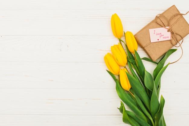 Je t'aime inscription maman avec cadeau et tulipes Photo gratuit