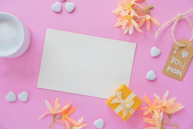 Je t'aime inscription maman avec du papier vierge et des fleurs Photo gratuit