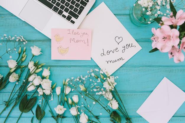Je T'aime Inscription Maman Avec Des Fleurs Et Un Ordinateur Portable Photo gratuit